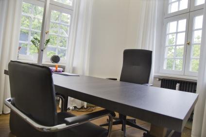 Büro im dunklen Stil